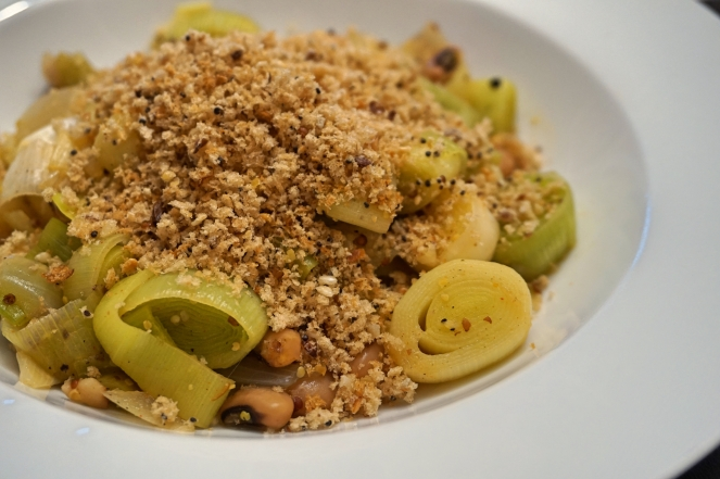 leek-n-beans-with-garlic-crumb